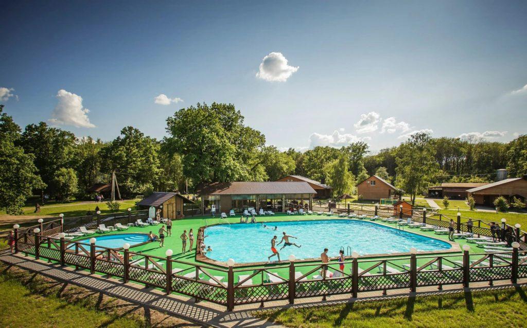 зона отдыха с бассейном
